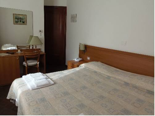 Hotel Italia, Монелья
