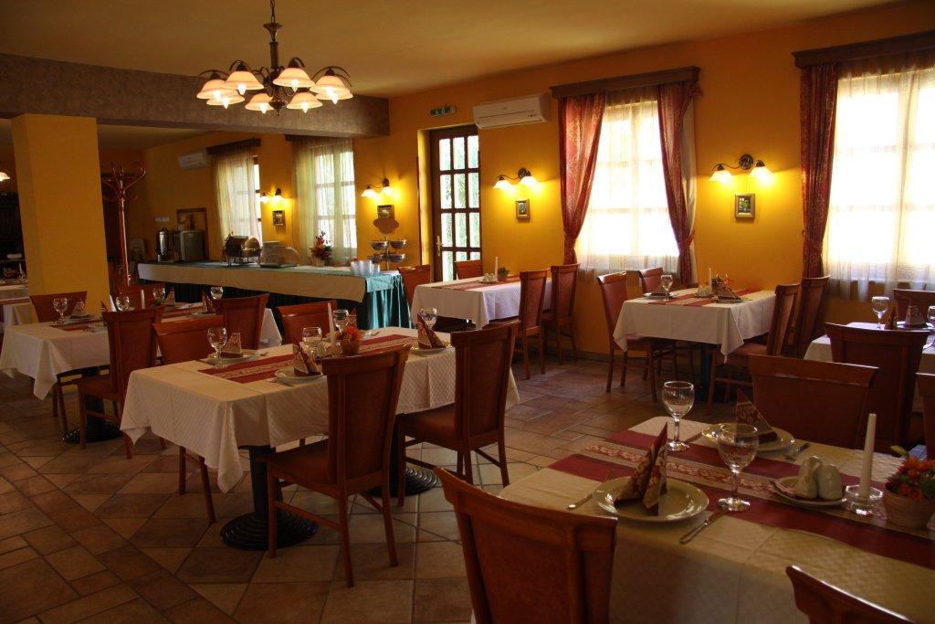 Отель Gastland M0 Hotel & Restaurant в Сигетсентмиклоше