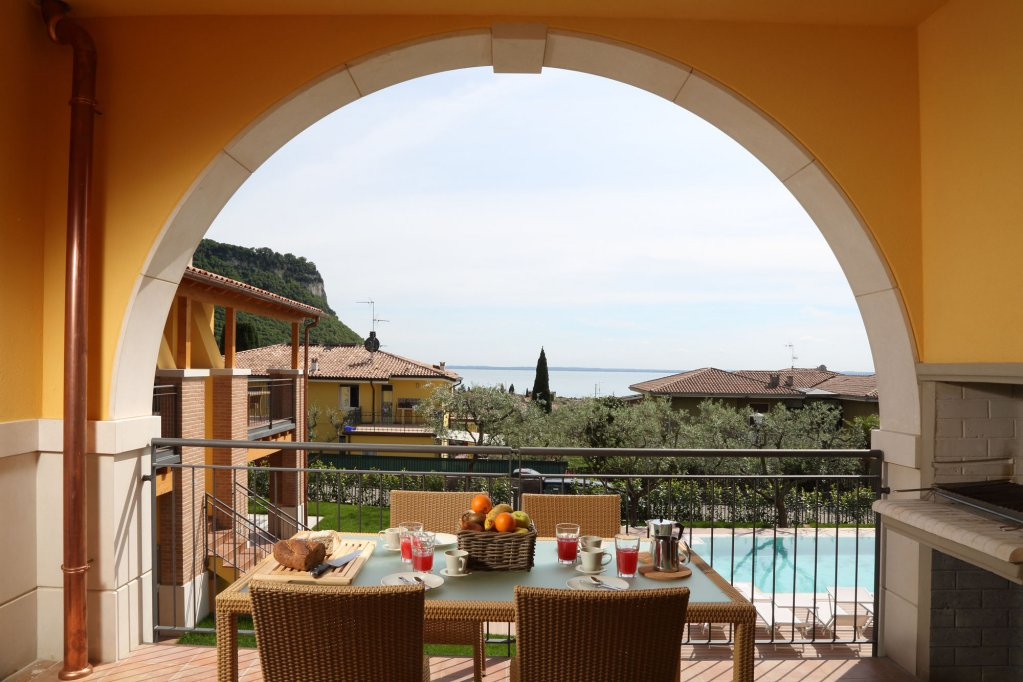 A property in Lake Garda pros and cons