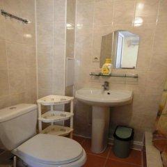 Гостиница Sankt Peterburg Hotel в Джемете отзывы, цены и фото номеров - забронировать гостиницу Sankt Peterburg Hotel онлайн ванная