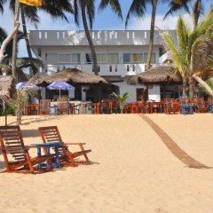 Отель Sunils Beach Hotel Colombo Шри-Ланка, Хиккадува - отзывы, цены и фото номеров - забронировать отель Sunils Beach Hotel Colombo онлайн пляж