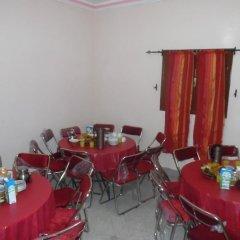 Отель Auberge De Jeunesse Ouarzazate - Hostel Марокко, Уарзазат - отзывы, цены и фото номеров - забронировать отель Auberge De Jeunesse Ouarzazate - Hostel онлайн питание