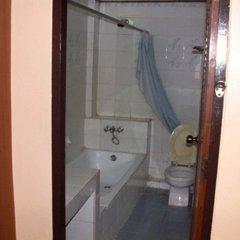 Отель Phra Arthit Mansion Таиланд, Бангкок - отзывы, цены и фото номеров - забронировать отель Phra Arthit Mansion онлайн ванная