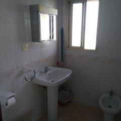Отель Aparthotel Almonsa Platja Испания, Салоу - 6 отзывов об отеле, цены и фото номеров - забронировать отель Aparthotel Almonsa Platja онлайн ванная фото 2