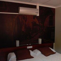 Отель Hostal Guilleumes сейф в номере