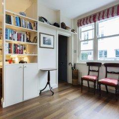 Отель Veeve Charming 1 Bed In Codrington Mews Notting Hill Великобритания, Лондон - отзывы, цены и фото номеров - забронировать отель Veeve Charming 1 Bed In Codrington Mews Notting Hill онлайн комната для гостей фото 3