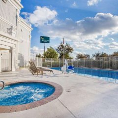 Отель Quality Inn бассейн фото 2