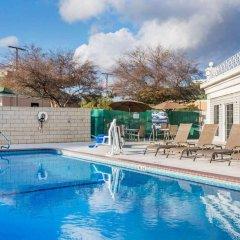Отель Quality Inn бассейн