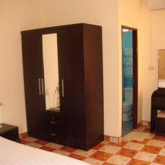 Patong Peace Hostel сейф в номере
