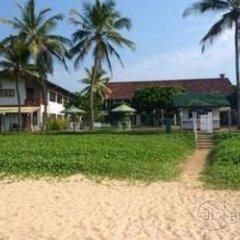 Отель Sunils Beach Hotel Colombo Шри-Ланка, Хиккадува - отзывы, цены и фото номеров - забронировать отель Sunils Beach Hotel Colombo онлайн пляж фото 2