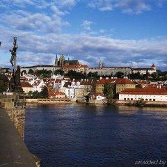 Отель Ibis Praha Mala Strana Прага приотельная территория
