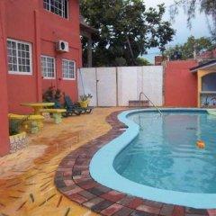 Отель Tropical Court Resort Near Montego Bay Airport бассейн