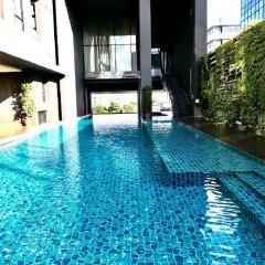 Отель The Up Ekamai By Max Бангкок бассейн