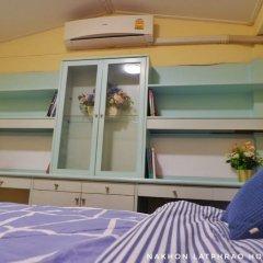Отель Nakhon Latphrao Hostel Таиланд, Бангкок - отзывы, цены и фото номеров - забронировать отель Nakhon Latphrao Hostel онлайн балкон
