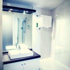 Отель Hôtel Résidence Les Pins Galants Toulouse-Tournefeuille Франция, Турнефёй - отзывы, цены и фото номеров - забронировать отель Hôtel Résidence Les Pins Galants Toulouse-Tournefeuille онлайн ванная