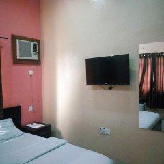 Отель Peak Court Hotels сейф в номере