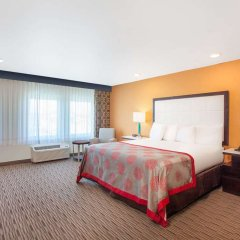 Отель Ramada by Wyndham Culver City удобства в номере