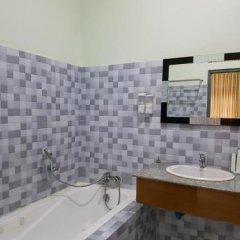 Отель Golden Dragon Hotel Мьянма, Пром - отзывы, цены и фото номеров - забронировать отель Golden Dragon Hotel онлайн ванная