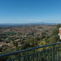 Апартаменты Apartment With 4 Bedrooms in Recanati, With Wonderful Mountain View, Enclosed Garden and Wifi - 8 km From the Beach Реканати балкон