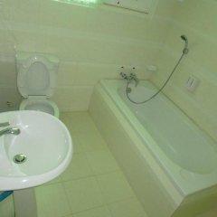 Отель Golden Kinnara Hotel Мьянма, Лашио - отзывы, цены и фото номеров - забронировать отель Golden Kinnara Hotel онлайн ванная