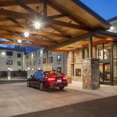 Отель Red Feather Lodge парковка