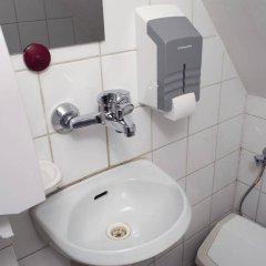 Отель Red Nose - Hostel Латвия, Рига - 9 отзывов об отеле, цены и фото номеров - забронировать отель Red Nose - Hostel онлайн ванная фото 2