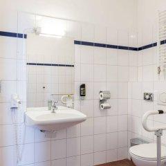 Отель A&O Wien Stadthalle Австрия, Вена - 11 отзывов об отеле, цены и фото номеров - забронировать отель A&O Wien Stadthalle онлайн ванная