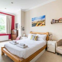 Отель Enchanting Home by Holloway Road Station комната для гостей