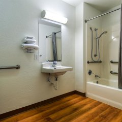 Отель Motel 6 Los Angeles - Whittier США, Уитиер - отзывы, цены и фото номеров - забронировать отель Motel 6 Los Angeles - Whittier онлайн ванная