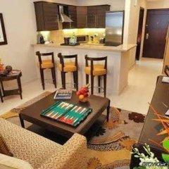 Отель Golden Tulip Suites Dubai комната для гостей