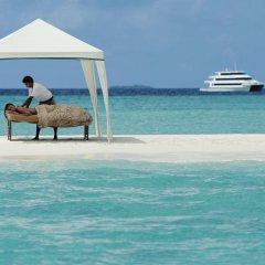 Отель Four Seasons Resort Maldives at Kuda Huraa бассейн