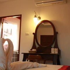 Отель Waterside Resort сейф в номере