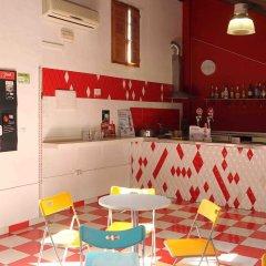 Отель Red Nest Hostel Испания, Валенсия - отзывы, цены и фото номеров - забронировать отель Red Nest Hostel онлайн гостиничный бар