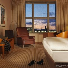 Отель Hilton Munich Airport Германия, Мюнхен - 7 отзывов об отеле, цены и фото номеров - забронировать отель Hilton Munich Airport онлайн комната для гостей фото 2