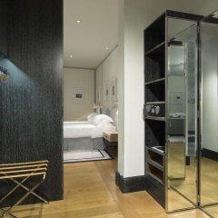 Отель Portrait Suites сейф в номере