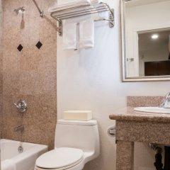 Отель Rodeway Inn & Suites Pacific Coast Highway США, Лос-Анджелес - отзывы, цены и фото номеров - забронировать отель Rodeway Inn & Suites Pacific Coast Highway онлайн ванная