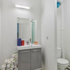 Отель 33 - Flat Av des Champs-Élysées ванная