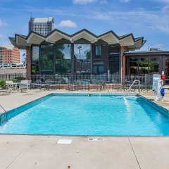 Отель Holiday Inn Express Columbus Downtown бассейн