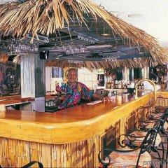 Отель Doctors Cave Beach Hotel Ямайка, Монтего-Бей - отзывы, цены и фото номеров - забронировать отель Doctors Cave Beach Hotel онлайн гостиничный бар