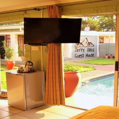 Отель Berry Bliss Guest House Габороне удобства в номере фото 2