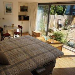 Апартаменты Architect-designed Garden Studio комната для гостей