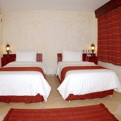 Отель Al Liwan Suites сейф в номере