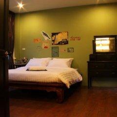 Отель Feung Nakorn Balcony Rooms & Cafe Бангкок комната для гостей фото 4