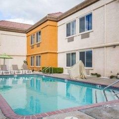 Отель Comfort Suites Tulare бассейн фото 2