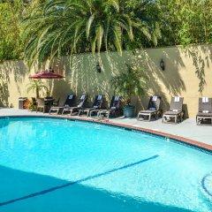 Отель Best Western Hollywood Plaza Inn США, Лос-Анджелес - отзывы, цены и фото номеров - забронировать отель Best Western Hollywood Plaza Inn онлайн бассейн