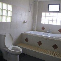 Апартаменты Rouge Service Apartments Паттайя ванная