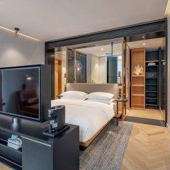 Отель Andaz Munich Schwabinger Tor - a concept by Hyatt сейф в номере