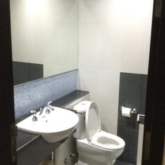 Отель The Fah Condominium Бангкок ванная