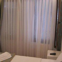 Отель La Petite Maison сейф в номере
