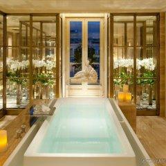 Отель Four Seasons George V Париж бассейн